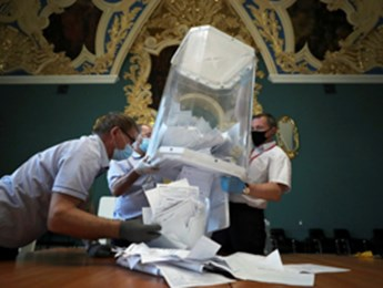 Starting the count at a Moscow polling station (Reuters/Evgenia Novozhenina)